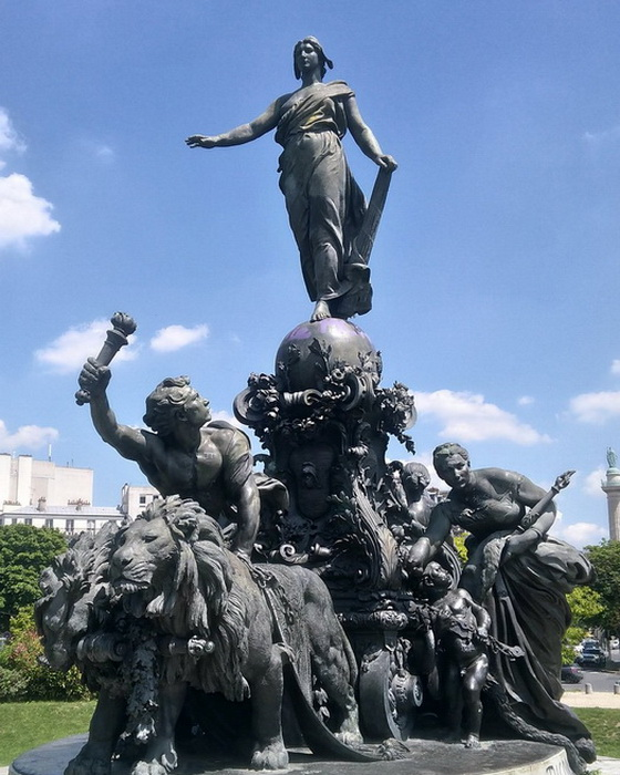 Скульптурная группа на площади Нации в Париже