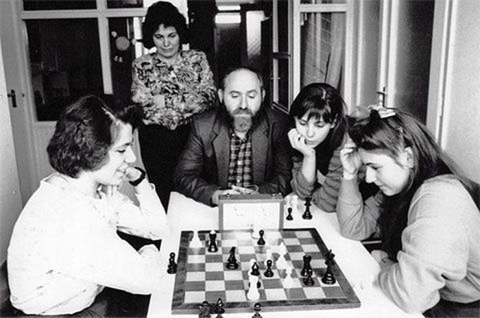 Шахматы были неизменной частью ежедневного распорядка дня. Впрочем, ею они остаются до сих пор - несмотря на то, что сестры разъехались по разным странам и живут каждая своей жизнью