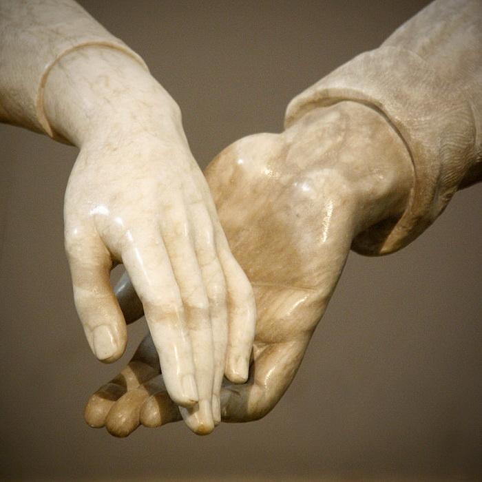 Мраморные руки фигур не соприкасаются