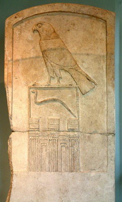 Имя правителя писали внутри прямоугольника - сереха, наверху изображали сокола