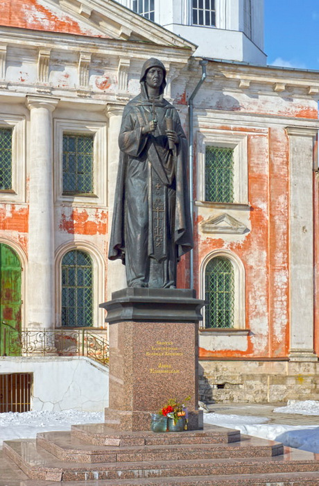 Памятник Анне Кашинской перед Вознесенским собором