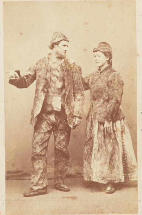 Супруги Джуэлл, спасенные с острова - в костюмах, сшитых собственными руками за время, проведенное в ожидании помощи