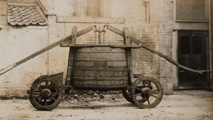 Так выглядела пожарная машина XVII века