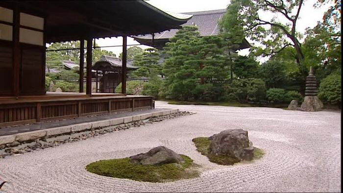Сад камней, как и традиционный японский сад всегда гармонично вписан в ландшафт