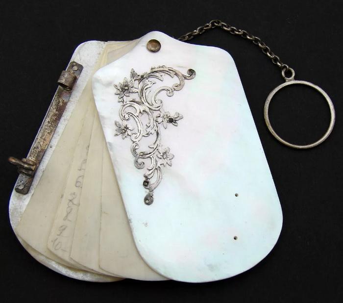 Как правило, листы бальной книжки были из слоновой кости - чтобы можно было стереть записанное раньше и вновь использовать аксессуар на следующем балу