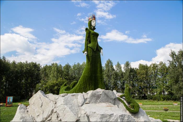 """Скульптура Хозяйки медной горы в городе Березовском у шахты """"Южная"""""""