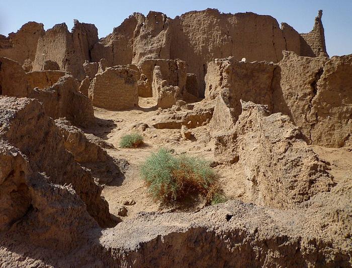 Руины Гарамы. Археологами обнаружены остатки крепостей и кладбищ гарамантов, а также множество захоронений