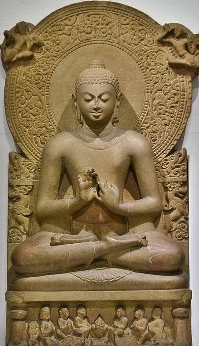 Будда обычно изображается с волосами и с ушнишей - особым «пучком» на макушке