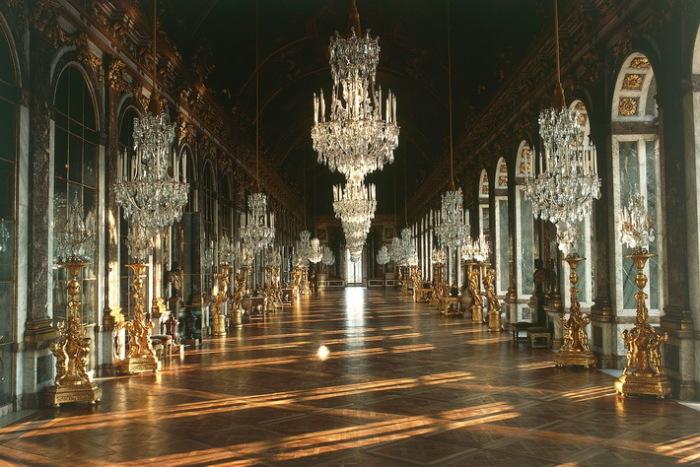 Зеркальный зал Версаля вместо детских игр - такой была судьба Людовика XV