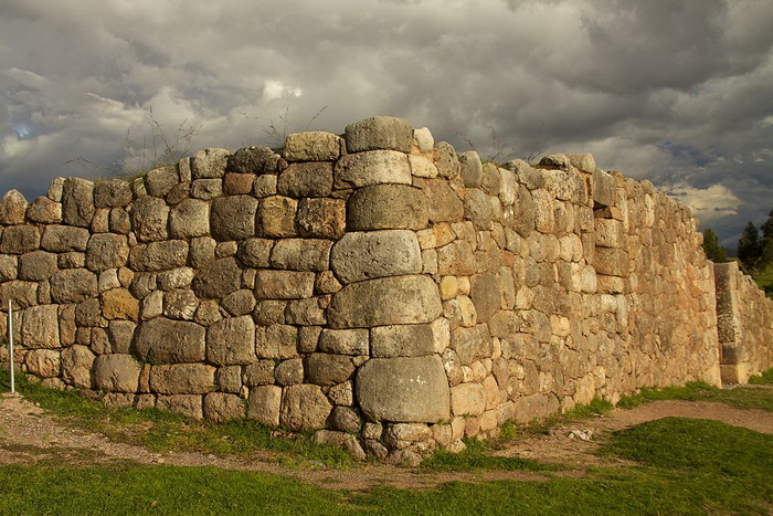 Полигональная кладка - камни неправильной формы и разного размера