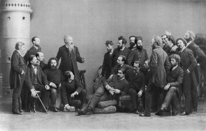 Фотография членов Товарищества передвижных художественных выставок. Дубовской стоит вторым слева