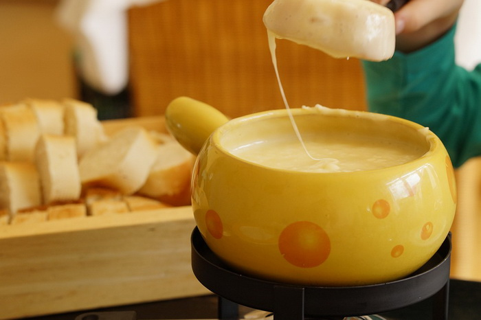 Знаменитое швейцарское фондю - отзвук давней крестьянской традиции доедать таким способом остатки хлеба и сыра