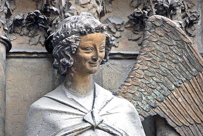Улыбающийся ангел собора в Реймсе
