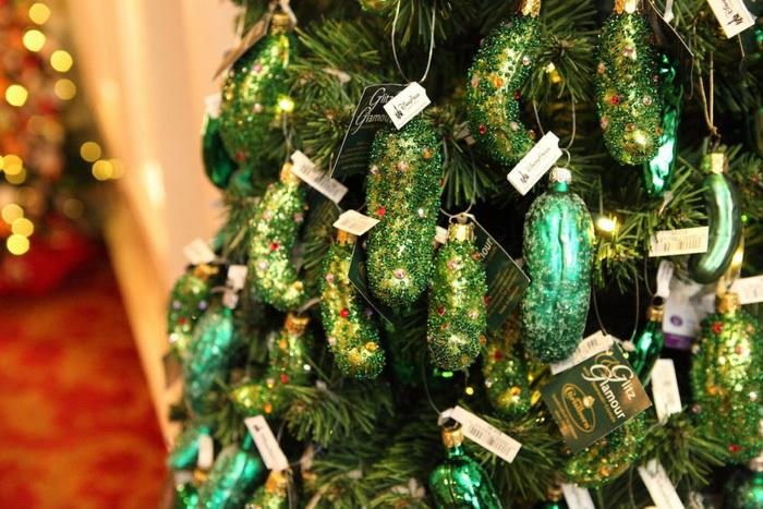 Да и огурцы могут отлично украсить рождественское дерево!