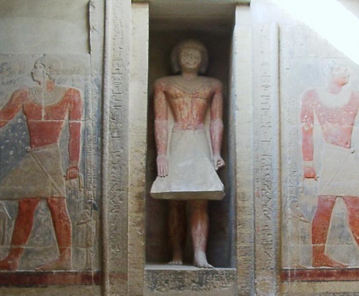 Иногда в проеме такой двери устанавливали статую