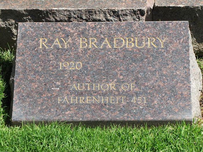 Надгробие над могилой Рэя Брэдбери
