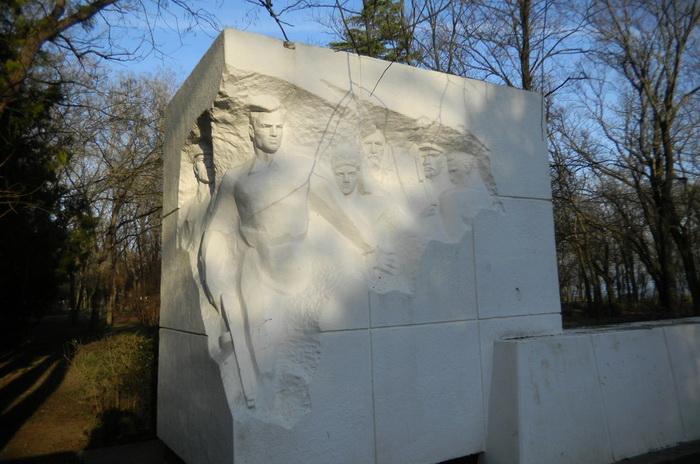 Братская могила, где похоронены партизаны Старокарантинского отряда