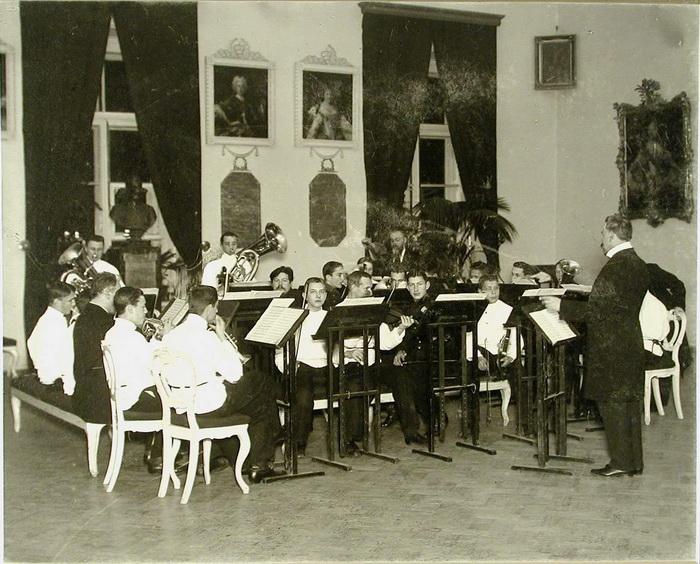 Воспитанников обучали разным дисциплинам, в том числе музыке. Фото начала XX века