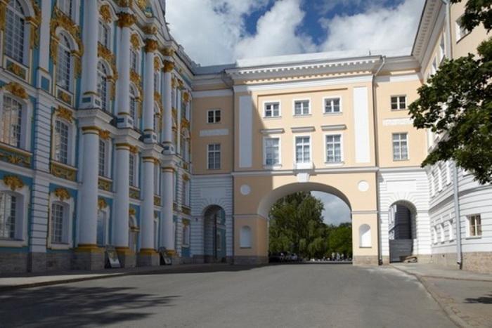Лицей размещался в одном из флигелей Екатерининского дворца, соединенном с основным зданием галереей