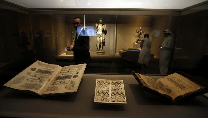 В музее можно обнаружить соседство священных книг разных религий
