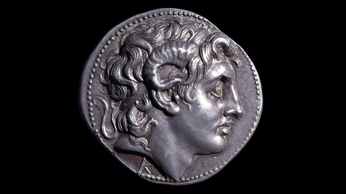 Серебряная монета с профилем Александра Македонского