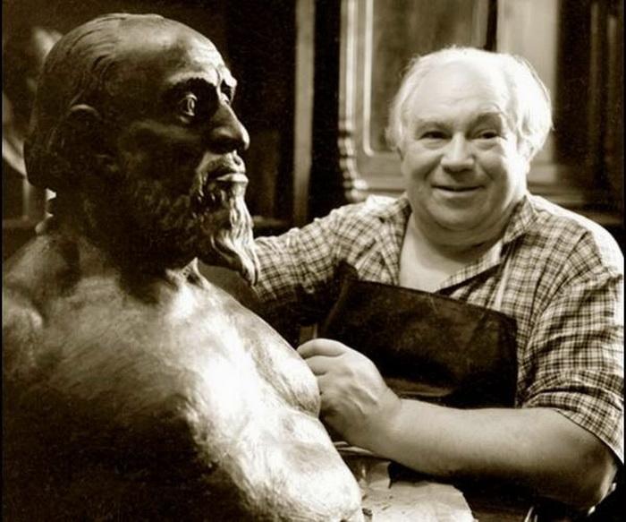 Антрополог М.М. Герасимов выполняет реконструкцию облика Ивана Грозного по останкам
