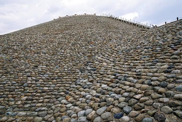 В раннем Кофуне склоны курганов покрывали фукииши - камни из русла рек, отполированные течением