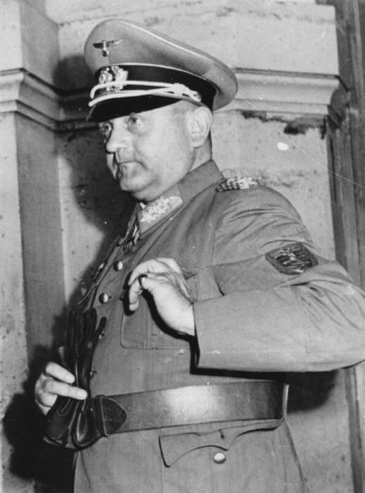 25 августа 1944 года генерал сдался. На рукаве можно увидеть памятный знак «Крымский щит» за взятие Крыма