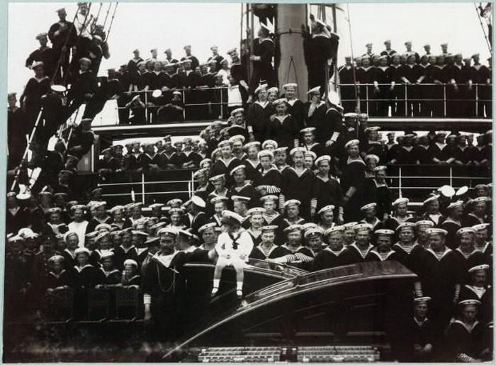 Экипаж яхты и ее венценосные пассажиры считали себя одной семьей