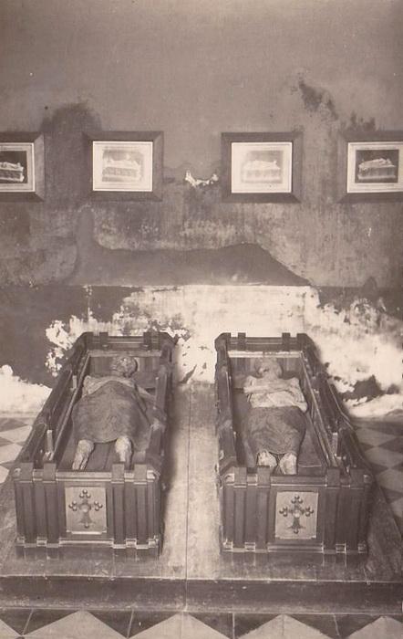 До недавнего времени останки, предположительное принадлежащие Диего и Исабель, выставлялись для показа
