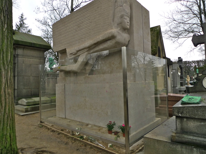 В настоящее время могила писателя обнесена прозрачной перегородкой