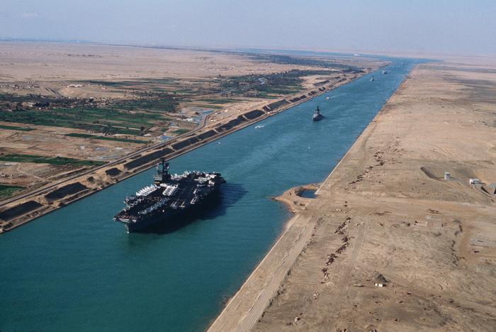В Суэцком канале есть течение, оно зависит от времени года, а еще - от приливов и отливов в Красном море