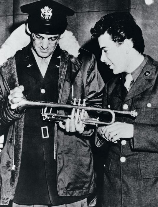 Оркестр Гленна Миллера давал концерты на военных базах, выступал на радио