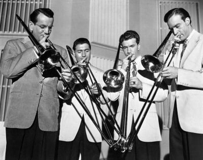 В те годы слушали джаз, а танцевали - джайв и фокстроты