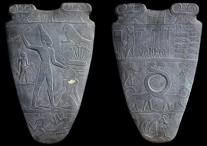 На палетке Нармера под изображением сокола можно увидеть шесть стеблей папируса - они символизируют шесть тысяч пленников после успешного завоевания фараоном Верхнего Египта войска Нижнего Египта