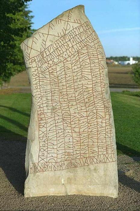 Рунический камень скандинавов. Из северных стран, как считается, к славянам попали «черты и резы»
