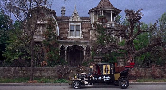 Дом семейки монстров перед съемками подвергся серьезной тематической отделке
