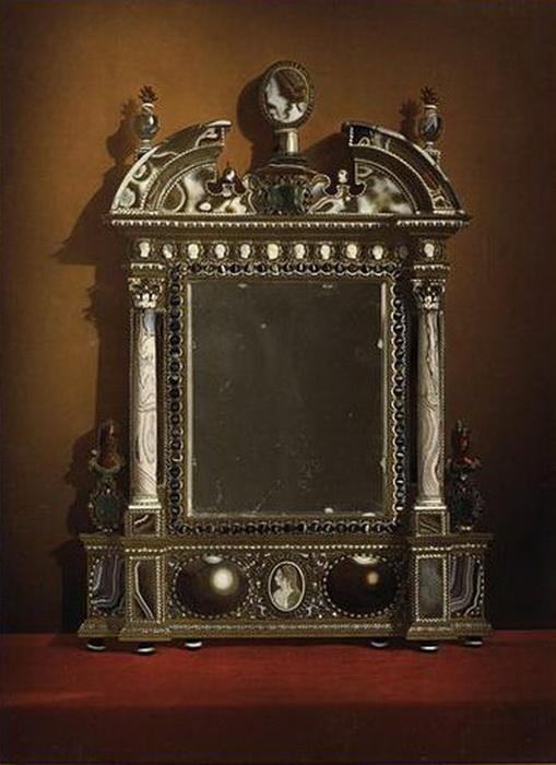 Зеркало, принадлежавшее французской королеве Марии Медичи. Считается самым дорогим в истории