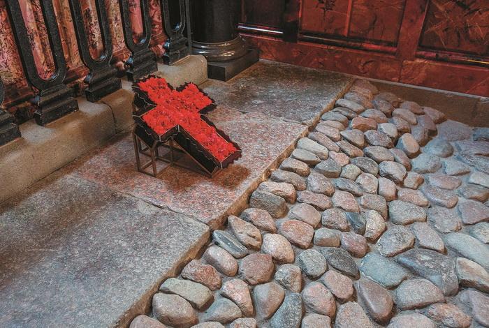 Внутри собора Спас на Крови - сохраненный фрагмент мостовой