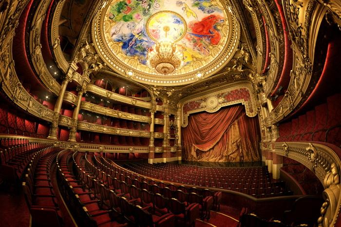 Сочетание разных стилей позволило создать в зрительном зале Оперы особенную атмосферу