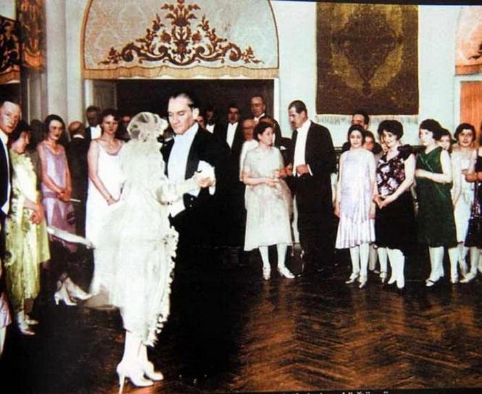На свадьбе приемной дочери Ататюрка Небиле, 1929 г.