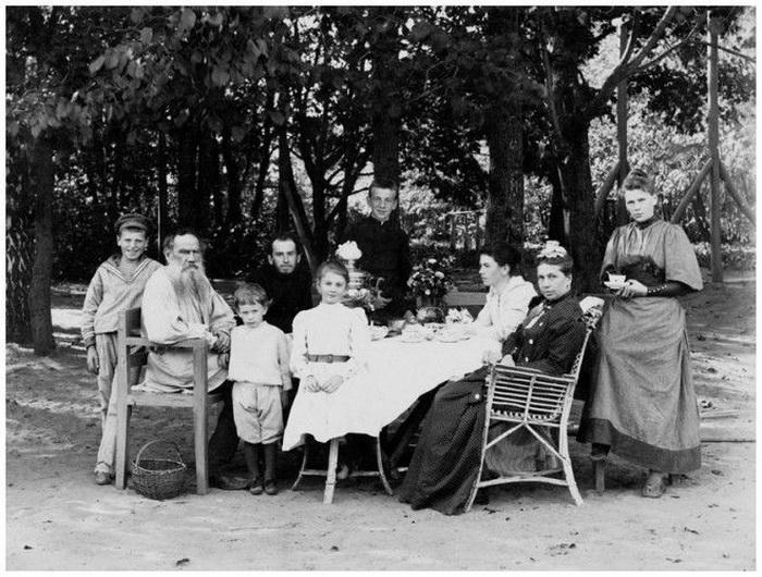 Л.Н. Толстой с семьей в Ясной Поляне.1892 г.