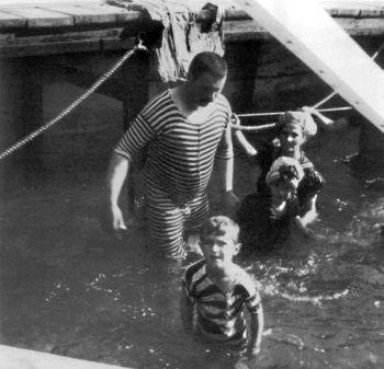 Дети Николая II - Алексей, Мария, Анастасия - во время купания