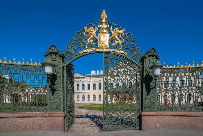 Фамильные гербы красовались над воротами, ведущими в дома дворян. Дворец Шереметевых в Санкт-Петербурге