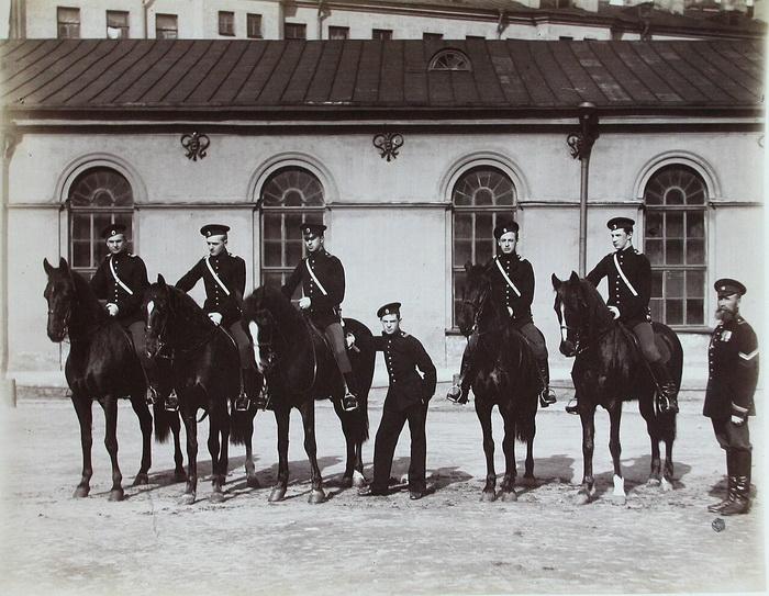 Воспитанники Пажеского корпуса обязательно обучались верховой езде