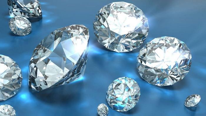 Невооруженному глазу отличить фианит от алмаза, скорее всего, не удастся