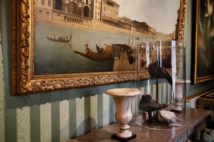 По соседству с произведениями классической живописи - два старых ботинка, обнаруженных на чердаке Чатсуорта и ставших частью экспозиции