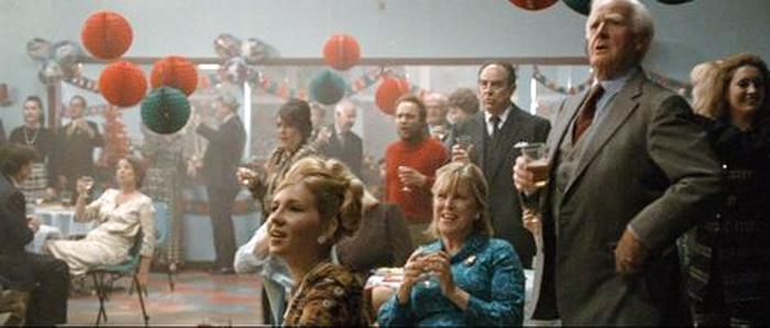 Джон ле Карре, мужчина, стоящий со стаканом в руках, в фильме «Шпион, выйди вон»