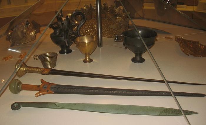 Такими были микенские мечи и сосуды