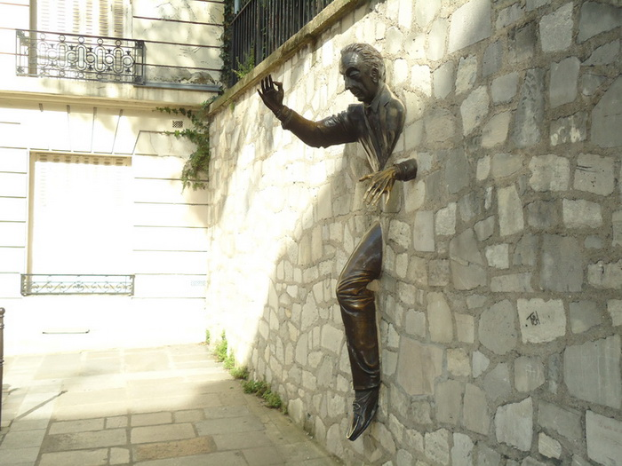 «Человек, проходящий сквозь стену»